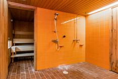 Saunan yhteydessä on tilava suihkuhuone ja erillis-wc