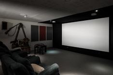 Täysin akustoitu tila elokuvien, musiikin ja pelien harrastajalle.