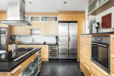 Ammattitasoisessa keittiössä on korkealaatuiset kaapistot ja kodinkoneet.