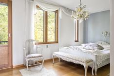 Valoisat makuuhuoneet on varustettu ranskalaisin parkekkein.