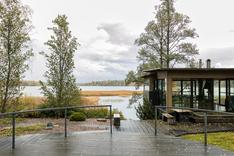 Terassilta käynti grillikatokselle ja saunaan sekä omalle laguunimaiselle rannalle.