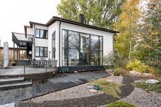 Havainnekuva talosta keväällä 2020 toteutettavan julkisivuremontin jälkeen.