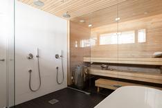Saunaosasto on tilava, ja siitä pääsee vilvoittelemaan terassille
