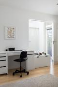 Tilava takkahuone palvelee myös työ- ja makuuhuoneena