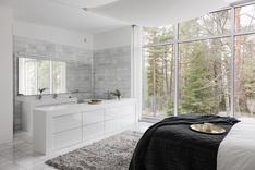 Päämakuuhuoneen yhteydessä on marmorilaatoitettu kylpytila