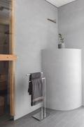 Pesuhuoneen kulma on kauniisti maalattu savisekoitteisella massalla