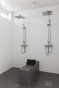 Pesuhuoneessa kaksi suihkua ja kätevä laskutila, joka erottaa suihkutilat toisistaan