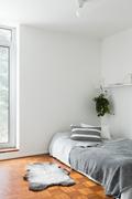 Sisäänkäynnin yhteydessä oleva makuuhuone