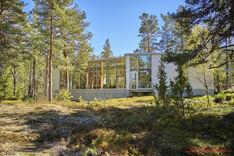Arkkitehtonisesti luontoon sulautuva rakennus upealla kalliorinnetontilla