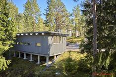 Piharakennuksessa on 2010 rakennettu työhuone keittiö- ja kph-varustuksin.
