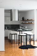 Näkymä olohuoneesta keittiö/ruokailutilaan