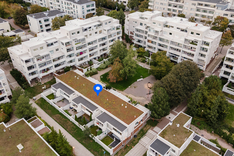 Rakennusten väliin kätkeytyy iso asukaspiha