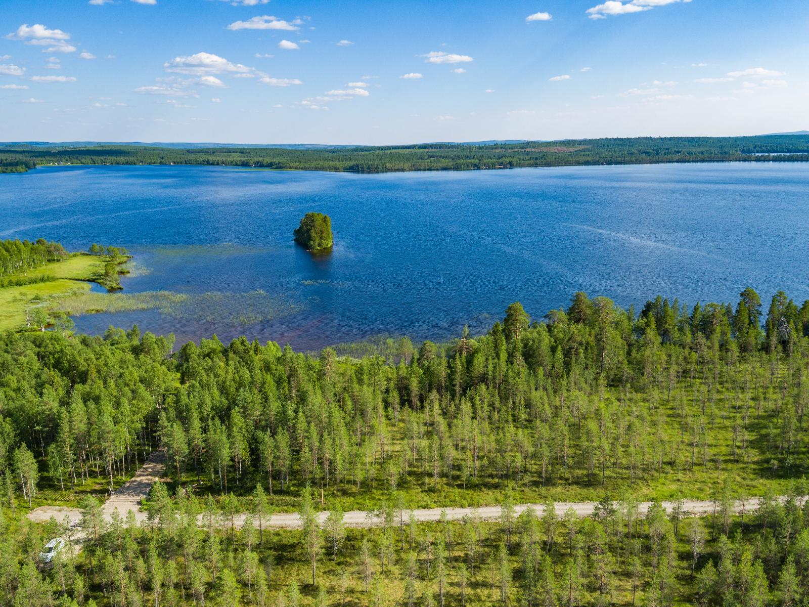 Tontilta avautuu maisema järvelle etelään päin