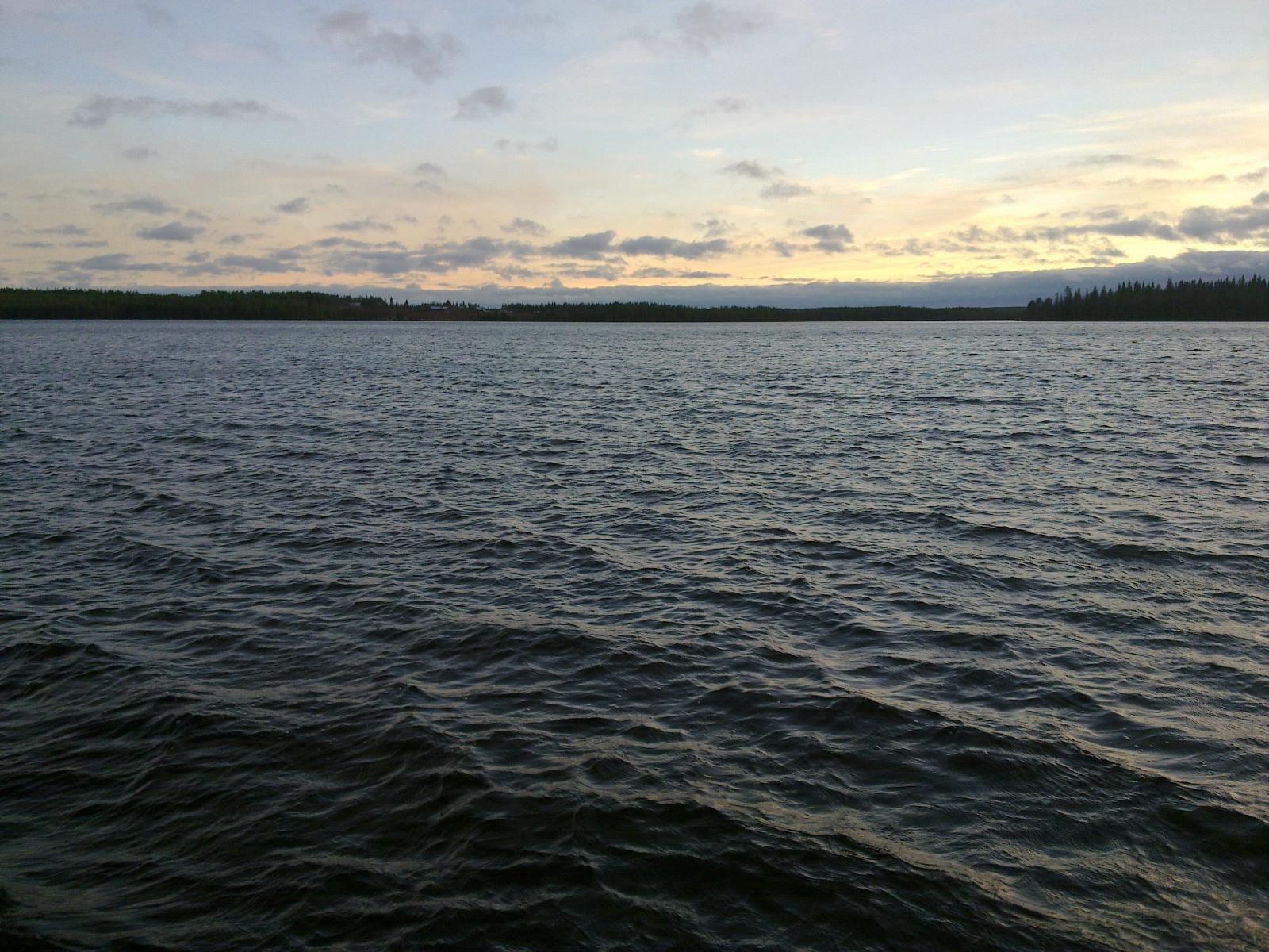 Tontin syksyinen järvimaisema