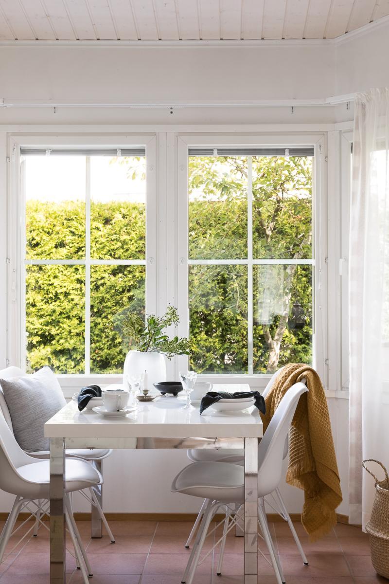Ison erkkeri-ikkuna ääressä on viihtyisää ruokailla ja viettää aikaa. title=