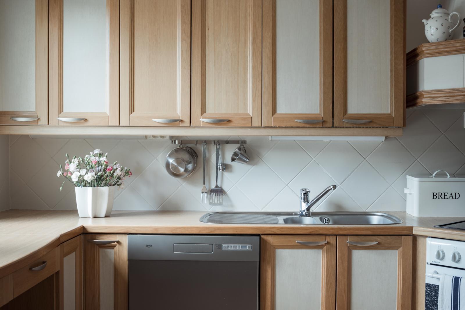Tilavassa keittiössä on hyvin työskentelytilaa. Sen vierellä on erillinen ruokahuone. title=