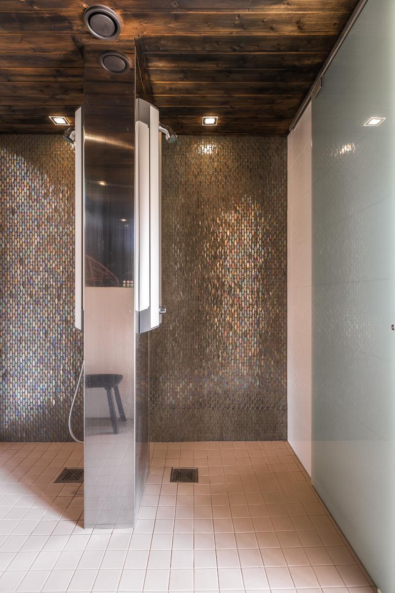 Sivurakennuksen saunan pesutiloissa on kaksi suihkua. title=