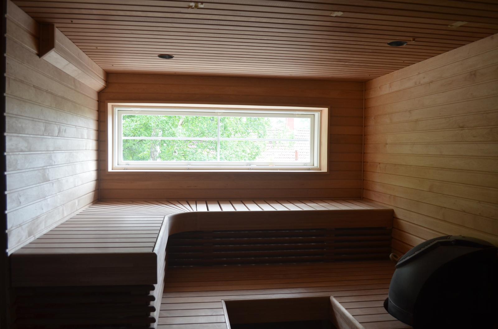 Pohjakerroksen juuri uusittu sauna title=
