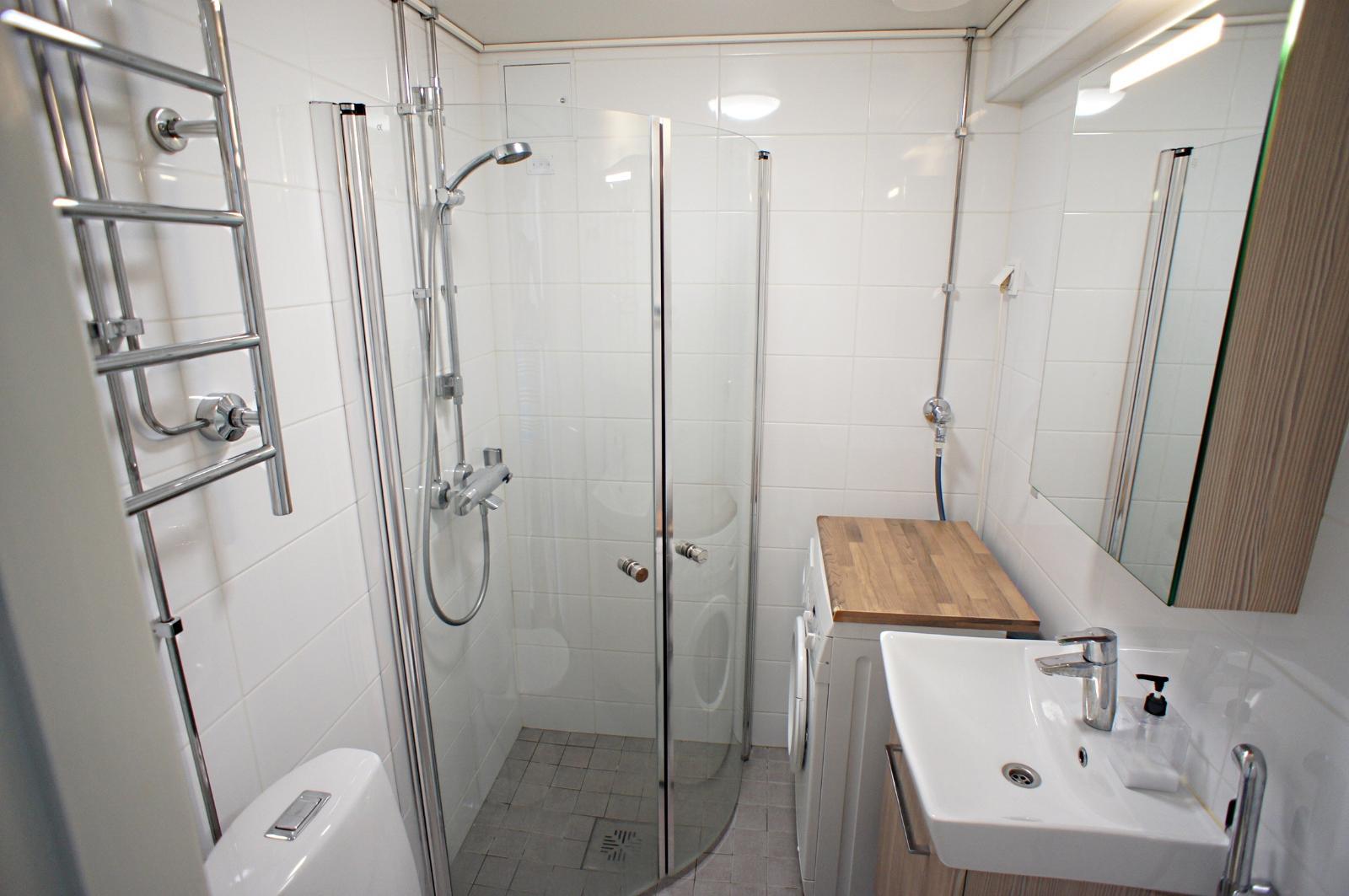 Siisti uusittu kylpyhuone title=
