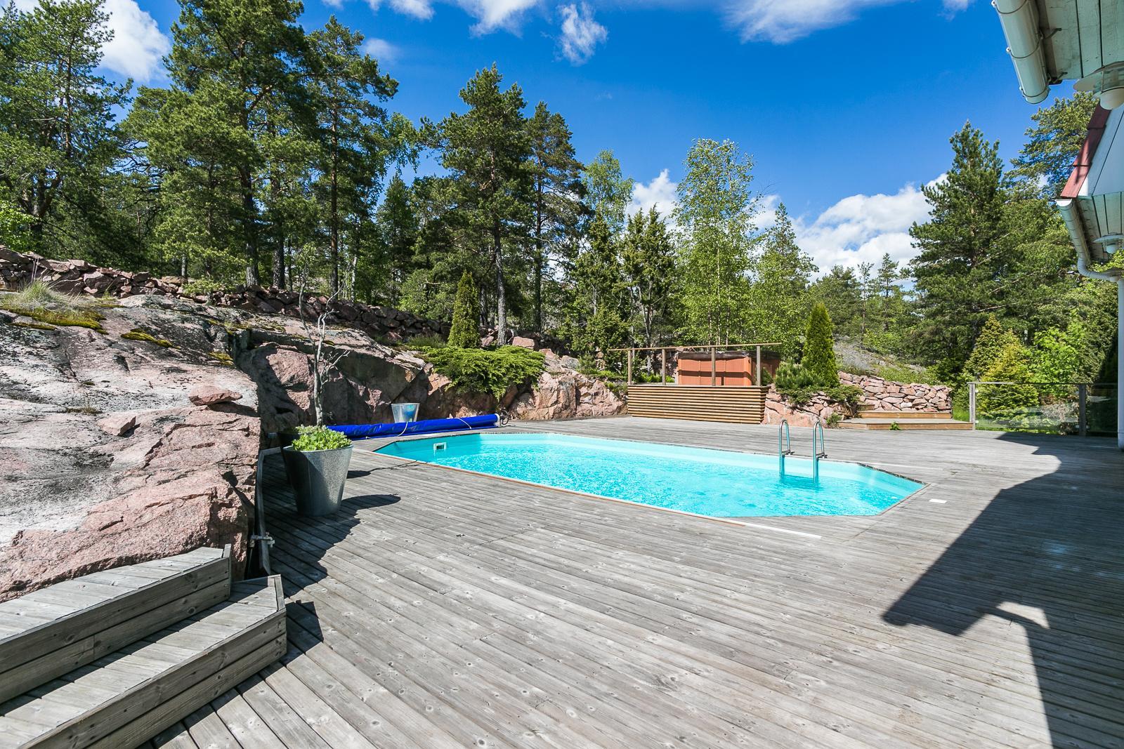 Uima-allas lämpiää myös maalämmöllä. Poreallas on sijoitettu ylätasolle. title=