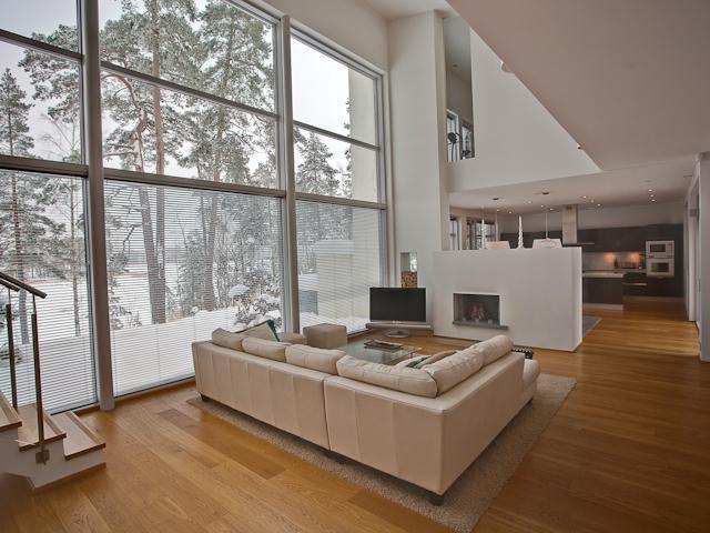 Ateljee olohuoneesta on käynti ruokailutilaan ja keittiöön, jonka erottaa avotakka. title=