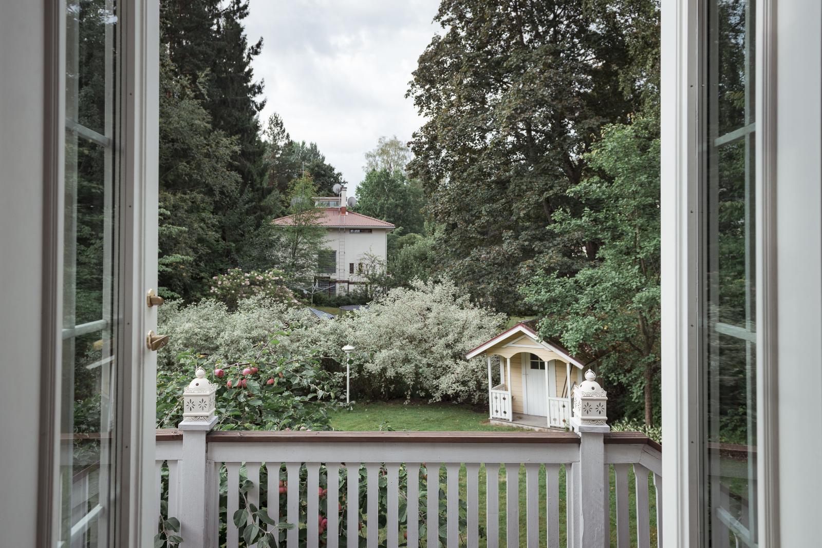 Kartanomainen talo ja vehmas puutarhapiha muodostavat idyllisen kokonaisuuden. title=