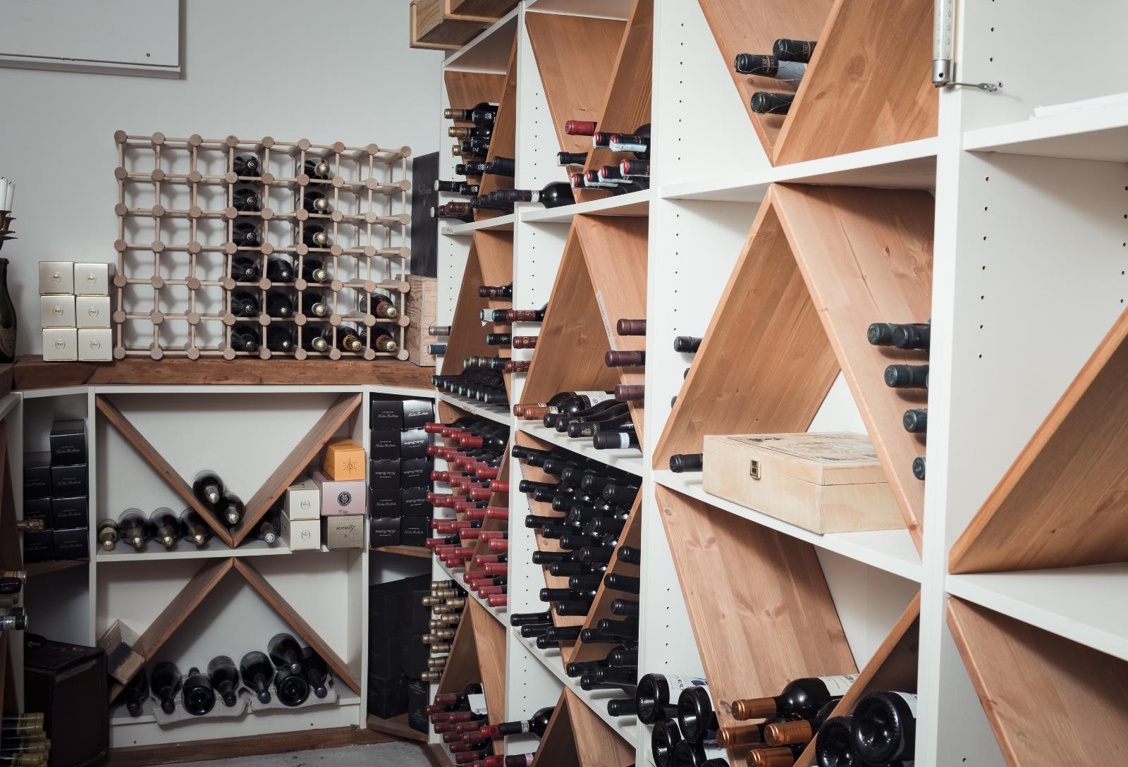 Kellarikerroksen viinikellari ilahduttaa viiniharrastajaa. title=
