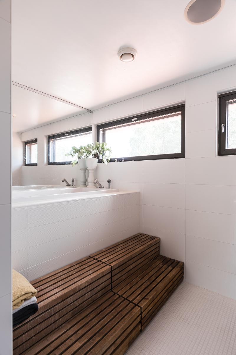 Yläkerran kylpyhuoneessa on perinteinen kylpyamme. title=