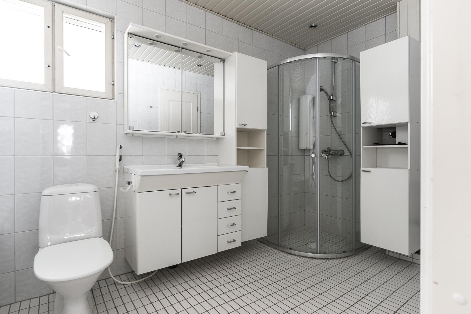Kylpyhuoneessa tilaa myös pyykkihuollolle title=