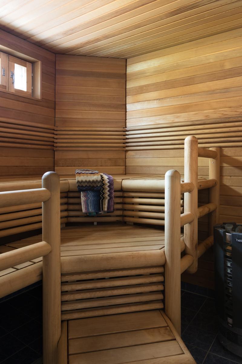 Ikkunallinen löylyhuone, jossa lauteet ja panelit tuijaa. title=