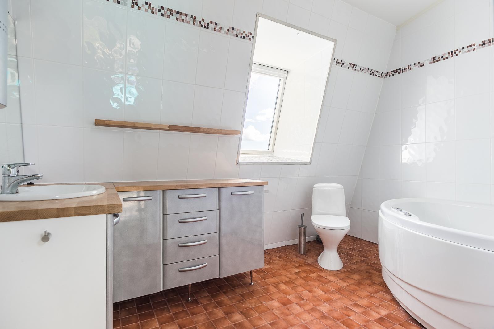Yläkerran kylpyhuone, jonne on käynti Master bedroomista title=
