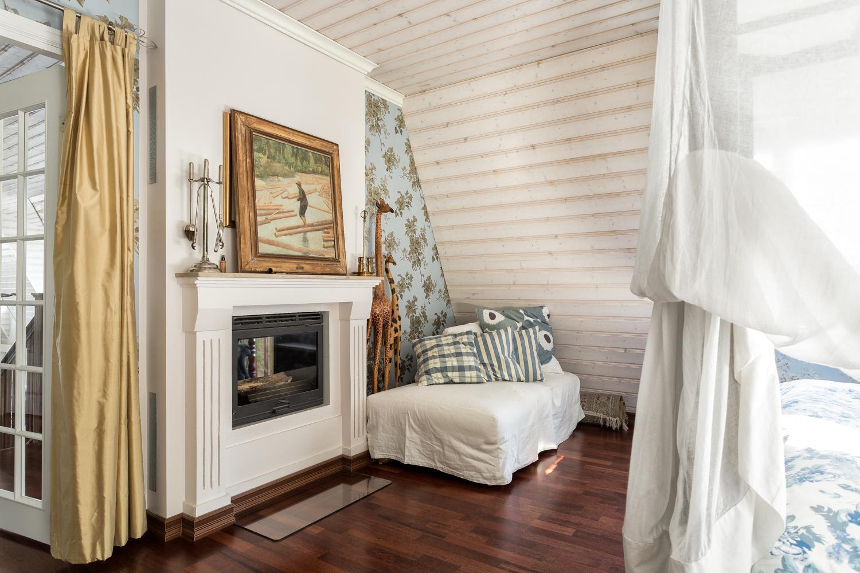 Kaksipuoleisesta kiertoilmatakasta voi nauttia master bedroomin ja aulan puolella. title=