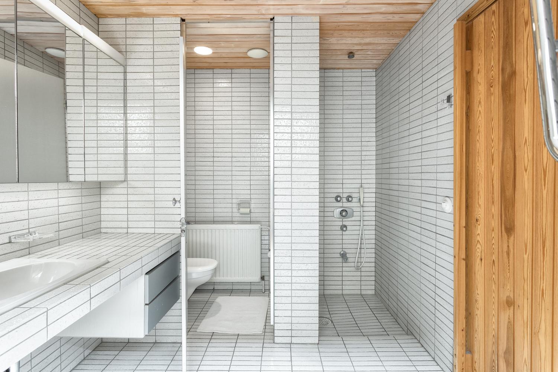 Saunan suihkutila ja erillinen wc title=