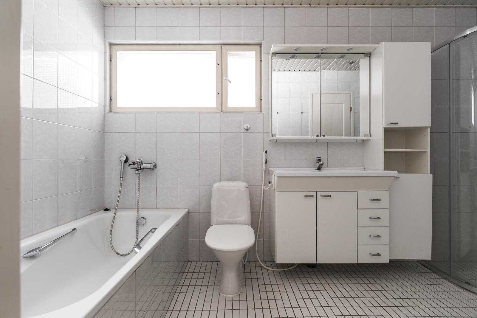Yläkerran kylpyhuone title=