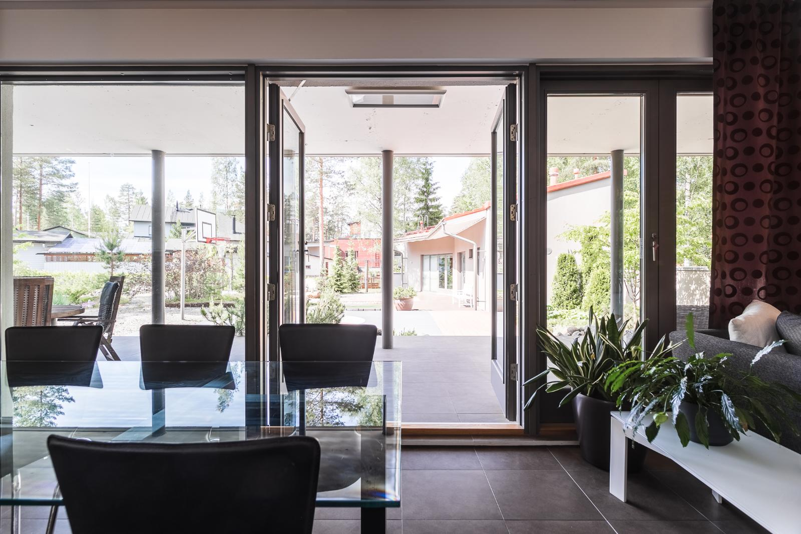 Olohuoneen isot ikkunat luovat valoisan ja avaran tunnelman. title=