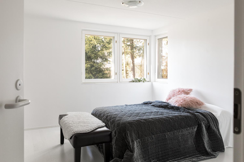 Alakerran makuuhuone on hyvin valoisa. title=