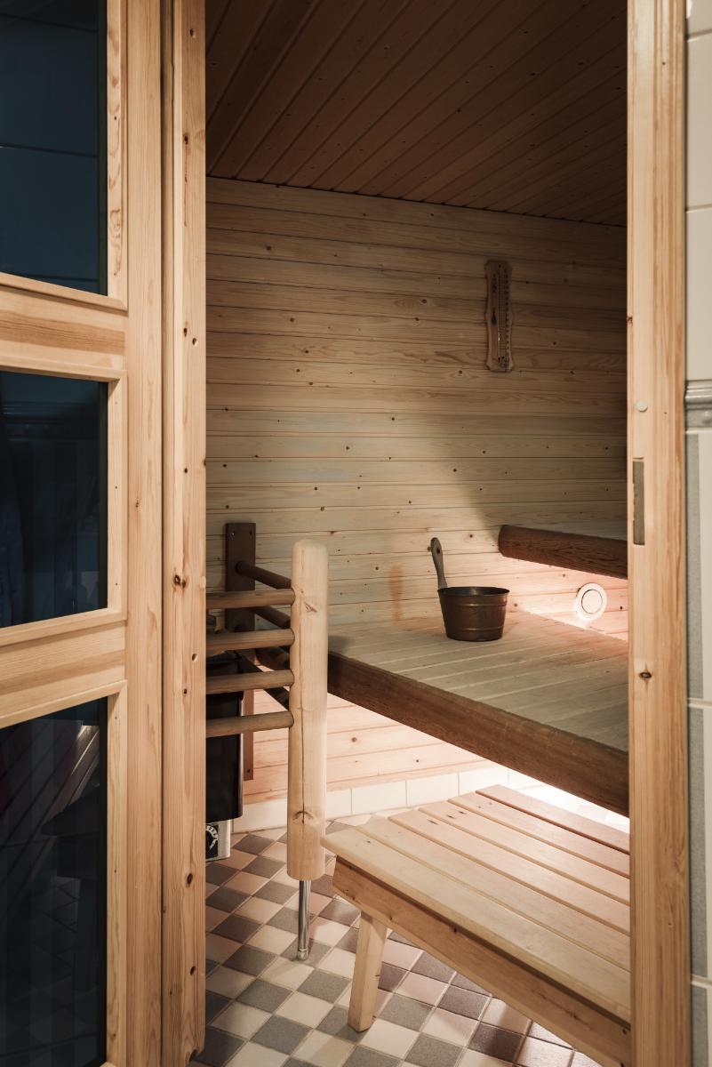 Saunaosastolla on shakkiruutumainen lattialaatoitus. title=