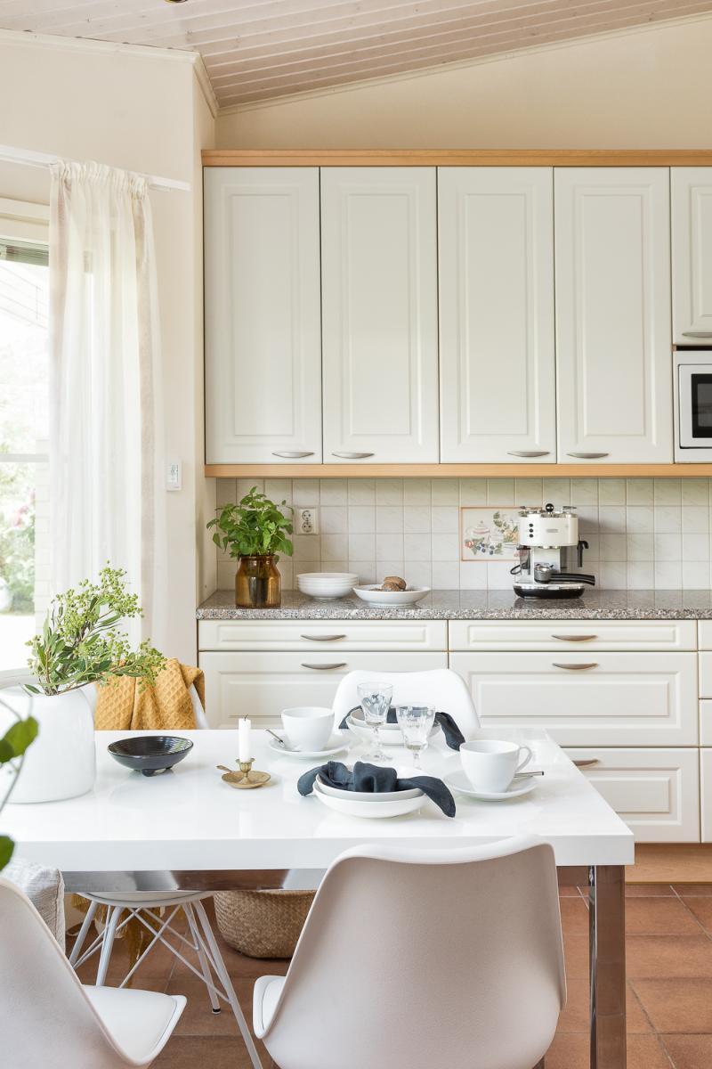 Suurikin pöytä sopii keittiöön ja kaappitilaa sekä kivitasoa on ruhtinaallisen paljon. title=