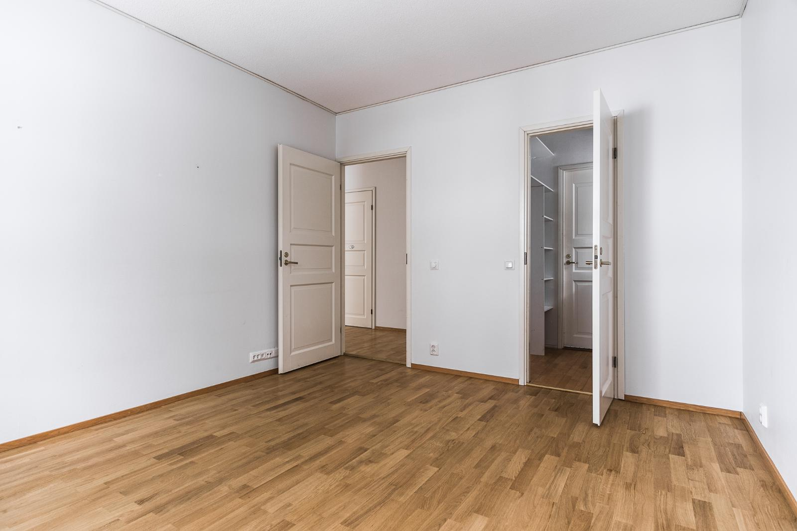 Päämakuuhuone, josta käynti vaatehuoneeseen ja kylpyhuoneeseen title=