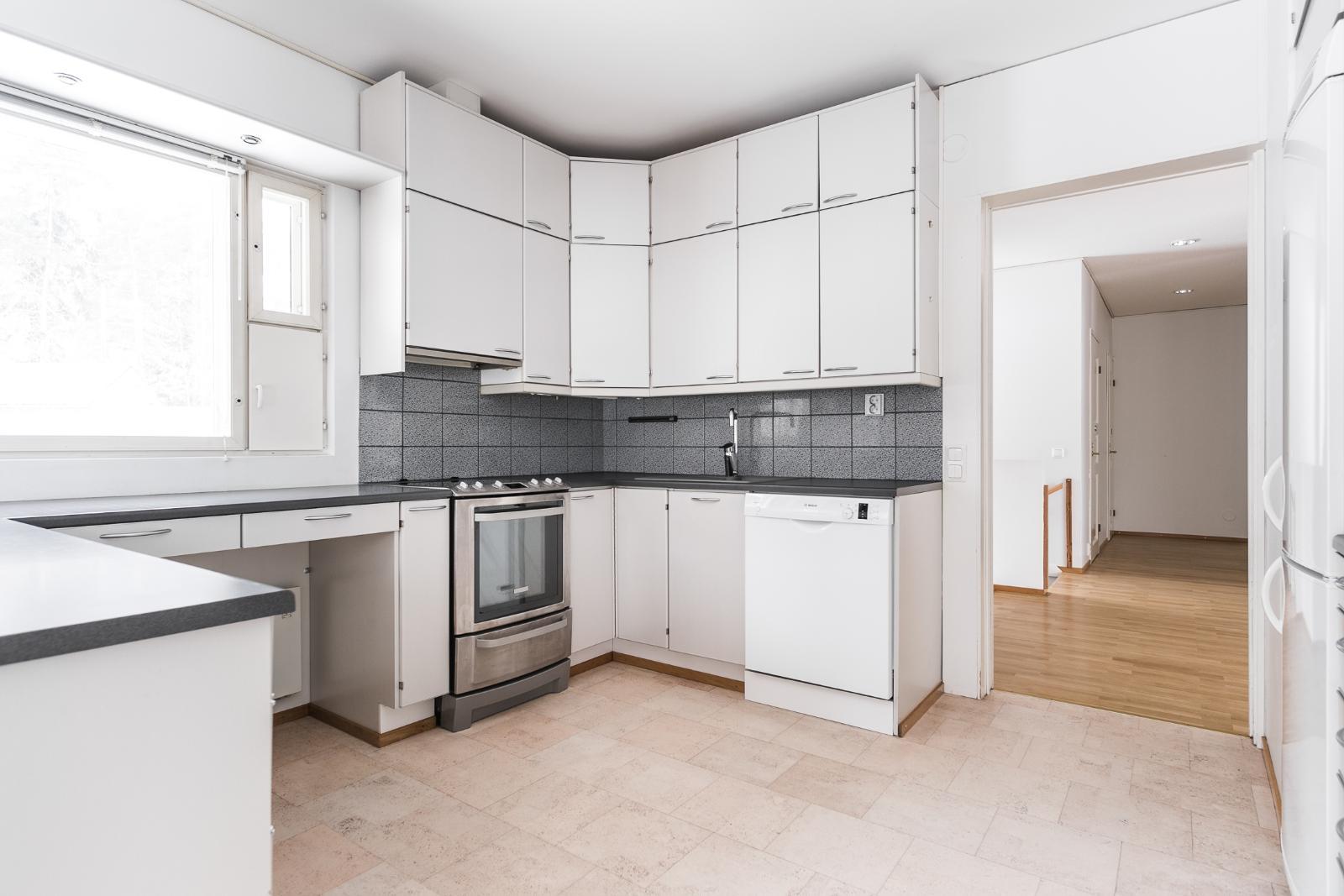 Keittiö, jossa liesiuuni ja astianpesukone uusittu 2020 (kuvassa vanhat kodinkoneet) title=