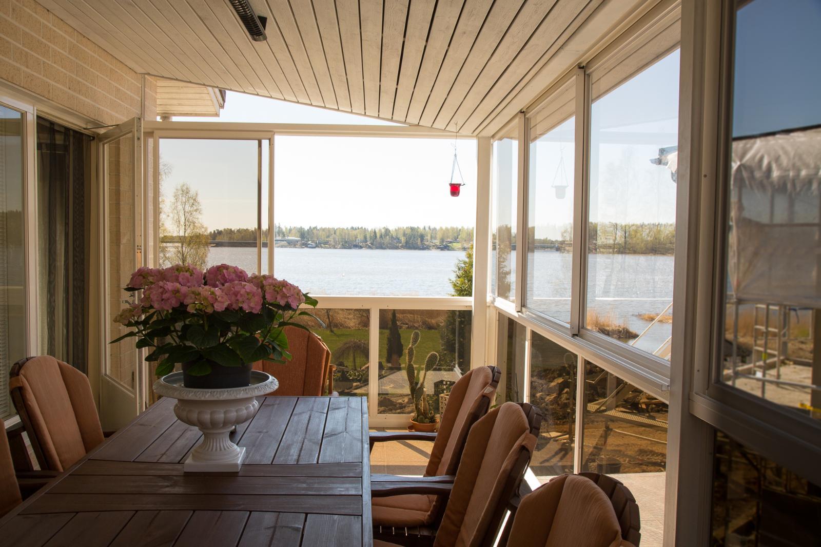Tilava terassi merinäköalalla Saunalahdelle. title=