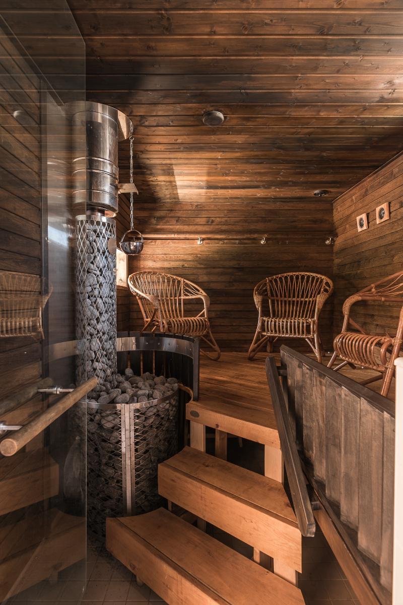 Sivurakennuksen saunassa on puulämmitteinen kiuas ja rauhallinen, intiimi tunnelma.  title=
