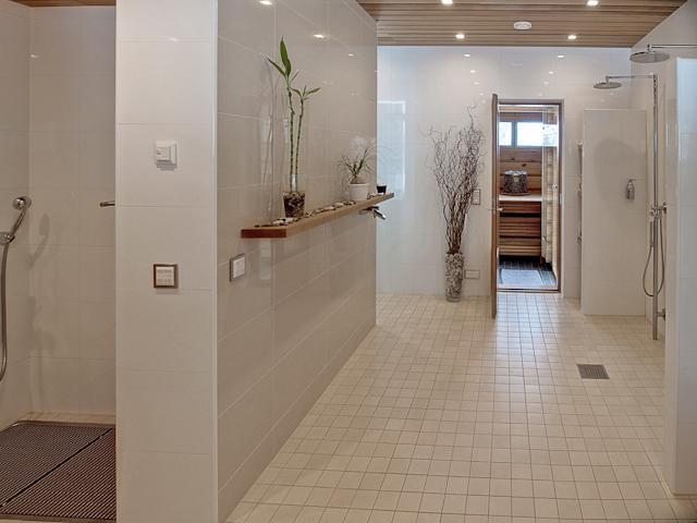 Saunan tilava pesuhuone, jonka yhteydessä höyrysauna, erillinen kuraeteinen ja wc.  title=
