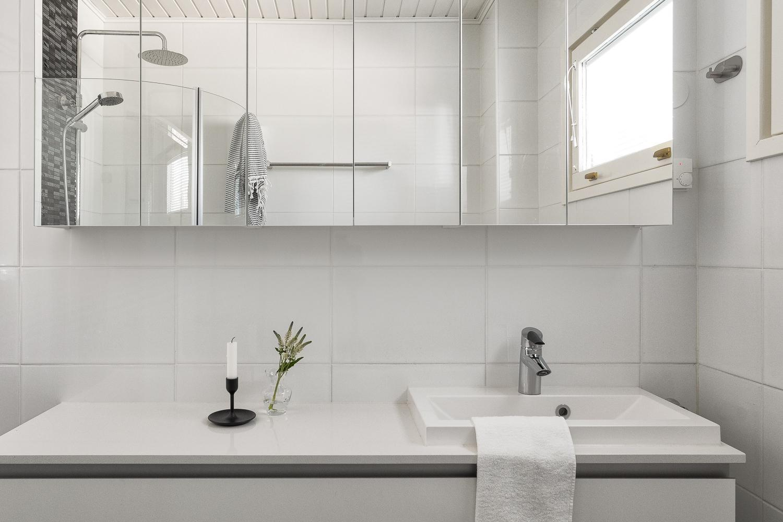 Yläkerran kylpyhuone. title=