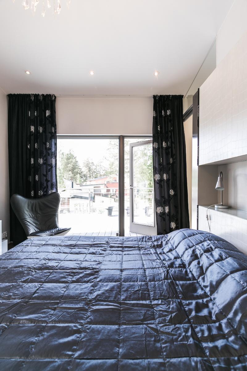 Master bedroomista pääsee suoraan suurelle terassille. title=