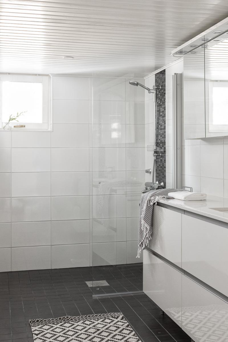 Alakerran kylpyhuoneeseen voi halutessaan asentaa ammeen pienin muutoksin. title=