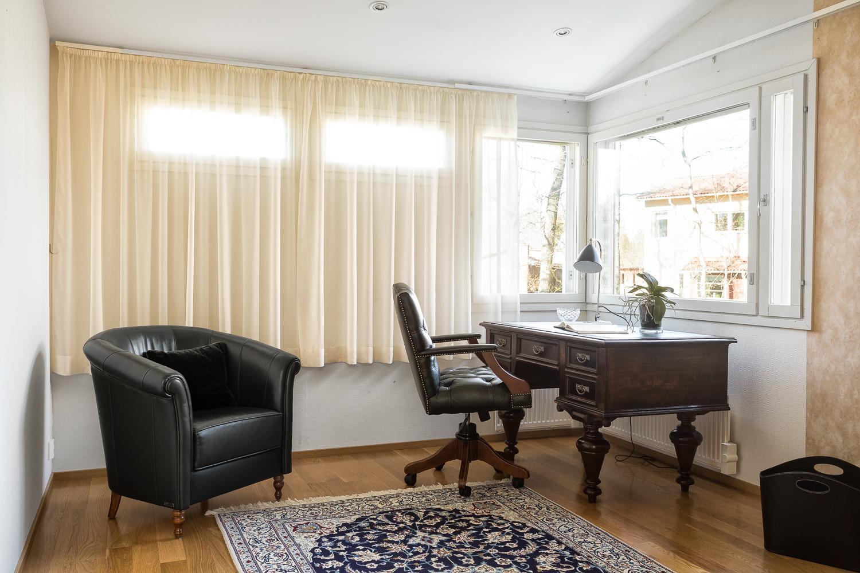 Kaikissa makuuhuoneissa on kulmaikkunat, valo tulee kahdessta eri suunnasta huoneeseen. title=