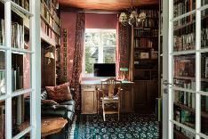 Tunnelmallinen kirjastohuone sopii makuuhuoneeksikin.