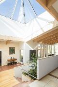 Aulan kookas kartionmuotoinen kattoikkuna tuo runsaasti valoa avaraan tilaan.