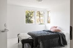 Alakerran makuuhuone on hyvin valoisa.